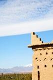 коричневая старая конструкция в снеге горы Африки Стоковые Изображения RF