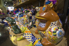 Коричневая статуя лягушки фарфора в магазине Стоковое Фото