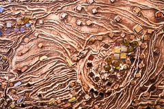 Коричневая текстура бетонной стены сделана декоративного гипсолита с дополнением пестротканых самоцветов, стеклянных квадратов и  стоковые изображения