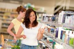 коричневейте женщину магазина покупкы волос бакалеи Стоковое Фото