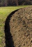коричневейте культивируемый взгляд почвы земли furrows поля горизонтальный Стоковая Фотография