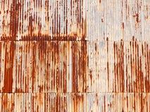 коричневое ржавое пакостное старое ретро волнистое железо металла полиняло backgroun Стоковая Фотография RF