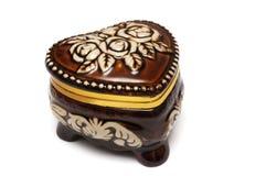 Коричневое сердце сформировало коробку драгоценности с резным изображением цветка Стоковая Фотография