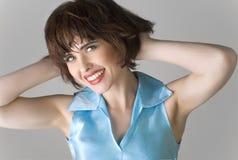 коричневые волосы замыкают накоротко женщину стоковая фотография rf