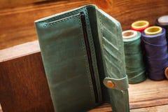 коричневый кожаный бумажник стоковые фотографии rf