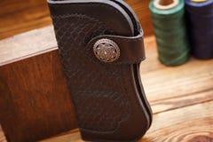 коричневый кожаный бумажник стоковые фото