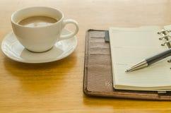 коричневый кожаный организатор с ручкой и кофе Стоковое Изображение