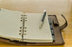 коричневый кожаный организатор с ручкой Стоковые Изображения