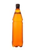 Коричневый цвет бутылки пива пластичный на белой предпосылке Стоковые Фотографии RF