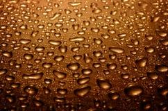 коричневый цвет падает стеклянная вода стоковые фото