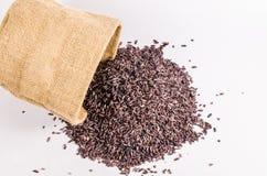 Коричневый цвет риса от сумки мешка Стоковое Изображение RF