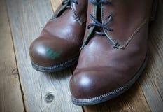 2 коричневых ботинка на старых досках Стоковые Изображения