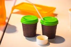 2 коричневых бумажного стаканчика для кофе Стоковая Фотография