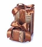 2 коричневых винтажных giftboxes при изолированная лента Стоковое фото RF