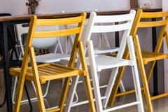 2 коричневых деревянных одних белых деревянных стула стул и Стоковое фото RF