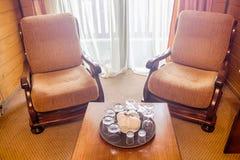 2 коричневых кресла и журнальный стол Стоковые Изображения RF
