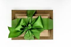 3 коричневых подарочной коробки коробки связали при зеленая лента изолированная на белых предпосылке и взгляде сверху Стоковая Фотография RF