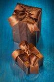 2 коричневых подарочной коробки на деревянном покрашенное синью старое Стоковое фото RF