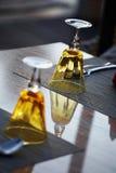 2 коричневых стекла на таблице Стоковое Изображение RF