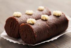 2 коричневых торта печенья на белой декоративной бумаге Стоковые Изображения