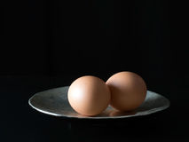 2 коричневых яичка на плите, sidelit Стоковые Изображения