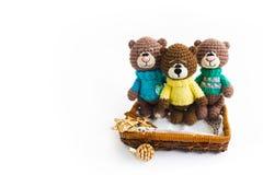 3 коричневых knited медведя на белой предпосылке стоковая фотография