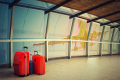 Коридор авиапорта с стогом багажа на ноче Стоковое фото RF