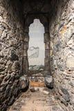 Коридор и каменные стены с старым взглядом городка стоковое фото