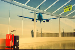 Коридор пассажира авиапорта и красочные чемоданы Стоковое Фото