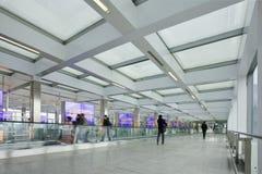 Коридор с moving дорожкой, международным аэропортом столицы Пекина Стоковая Фотография RF