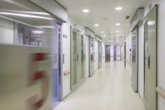 Коридор хирургии больницы с комнатами никто Стоковые Изображения RF