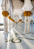 Коридор шейха Zayed Мечети Абу-Даби Стоковое Изображение