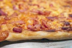 Корка, край или губа конца сваренной пиццы на лотке листа стоковое фото