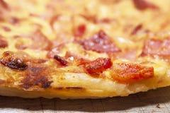 Корка, край или губа конца сваренной пиццы на лотке листа стоковые изображения