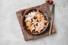 Корка пряника шоколада семенит пирог с ванильными звездами на wh Стоковая Фотография