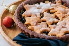 Корка пряника шоколада семенит пирог с ванильными звездами на wh Стоковое Изображение