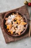 Корка пряника шоколада семенит пирог с ванильными звездами на wh Стоковое Изображение RF