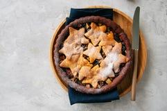 Корка пряника шоколада семенит пирог с ванильными звездами на wh Стоковые Фотографии RF