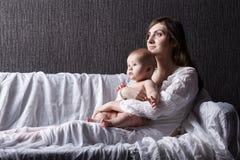 кормить ее младенческую мать грудью Стоковые Фотографии RF