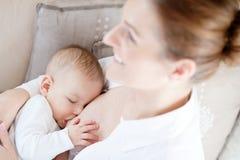кормить ее младенческую мать грудью Стоковое Фото