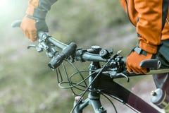 Кормило велосипеда владениями велосипедиста Стоковое Изображение RF
