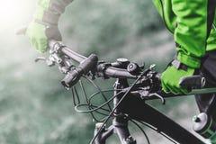 Кормило велосипеда владениями велосипедиста Стоковая Фотография RF