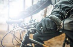 Кормило велосипеда владениями велосипедиста Стоковые Изображения