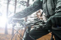 Кормило велосипеда владениями велосипедиста Стоковые Фото