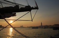 Кормка корабля на заходе солнца в Венеции Стоковое Фото