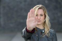Кормовая молодая женщина делая стоп показывать Стоковые Фото