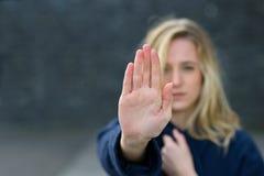 Кормовая молодая женщина делая стоп показывать стоковое фото rf