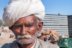Кормовой старый фермер скотин с белым тюрбаном Стоковое Изображение