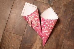 2 корнета handmade бумаги на деревянной предпосылке Стоковые Изображения RF