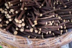 Корни солодки на плетеной корзине, который подвергли действию для продажи на ярмарку стоковая фотография rf